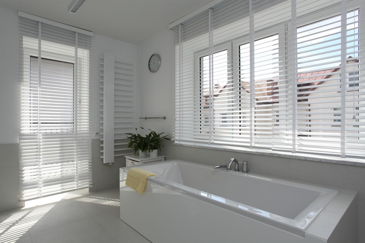 Badkamer Rolgordijn 5 : Geef je badkamer een luxueuze uitstraling met shutters op maat