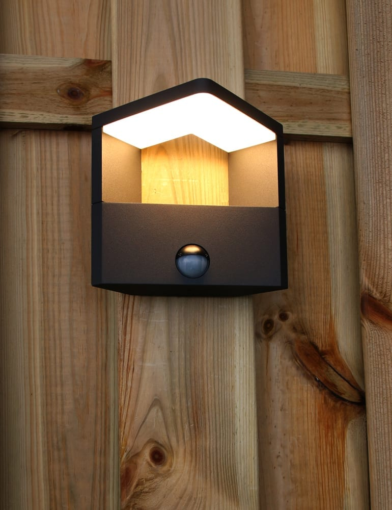 Een moderne buitenlamp met sensor